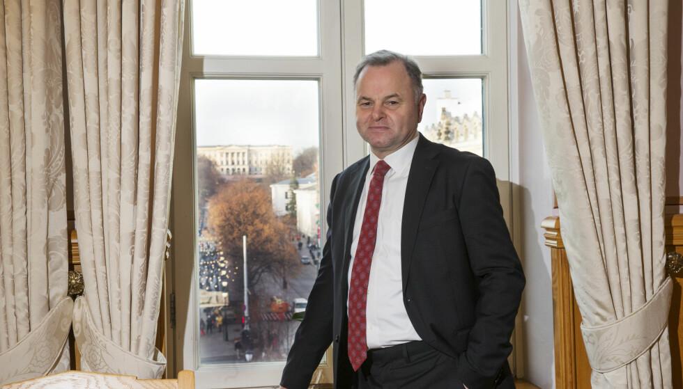 I HARDT VÆR: Stortingspresident Olemic Thommessen på sitt kontor i Stortinget. Foto: Terje Bendiksby / NTB scanpix