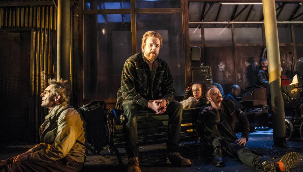 <strong>PÅ STASJONEN:</strong> Fra «Kan nokon gripe inn». I forgrunnen: Hans Rønningen, Pål Christian Eggen, &nbsp;Kjersti Dalside og Joachim Rafaelsen. Foto: Erik Berg, Det Norske Teatret