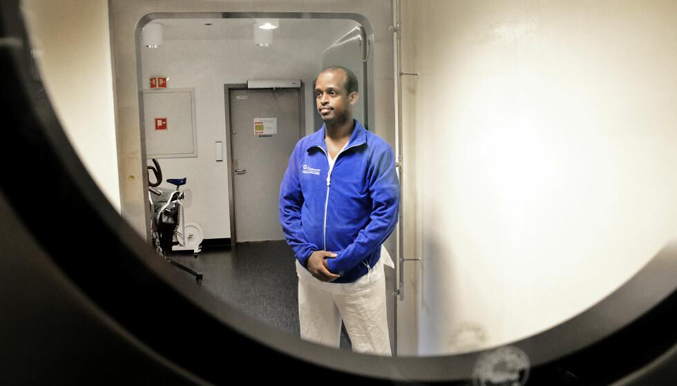 PÅ JOBB: Mahad Abib Mahamud (30) jobber til daglig som bioingeniør på Ullevål sykehus. Nå venter han på rettssaken som vil avgjøre om han får fortsette livet i Norge eller ikke. Foto: Torun Støbakk /Dagbladet.