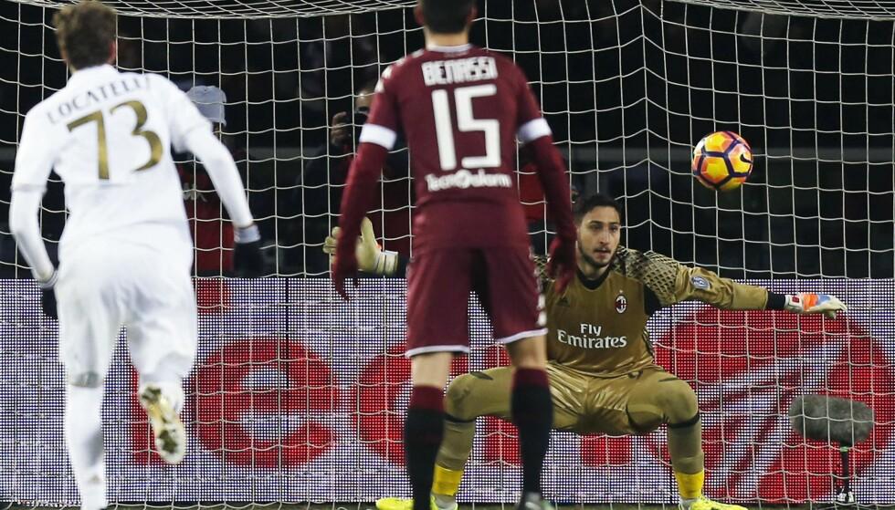 STRAFFEHELT: Gianluigi Donnarumma reddet straffe fra Adem Ljajic i uavgjortkampen mellom Torino og Milan. Foto: AFP PHOTO / MARCO BERTORELLO