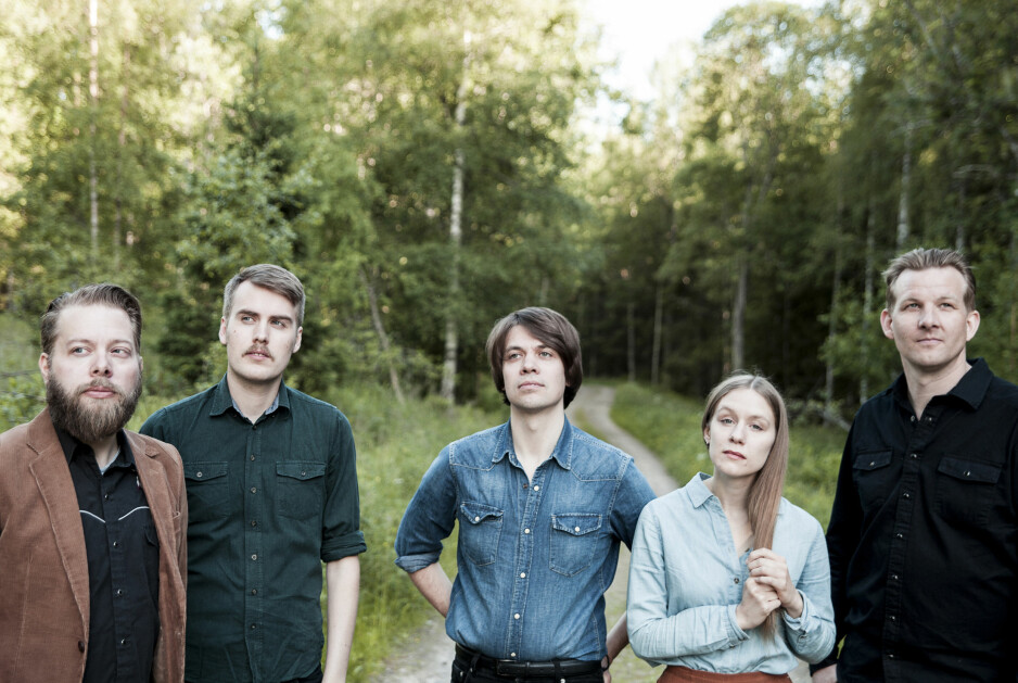 JORDNÆRT: Roger Græsberg (i midten) & Foreningen langspilldebuterer med «Triste sanger og vals». Foto: Henning Benjaminsen