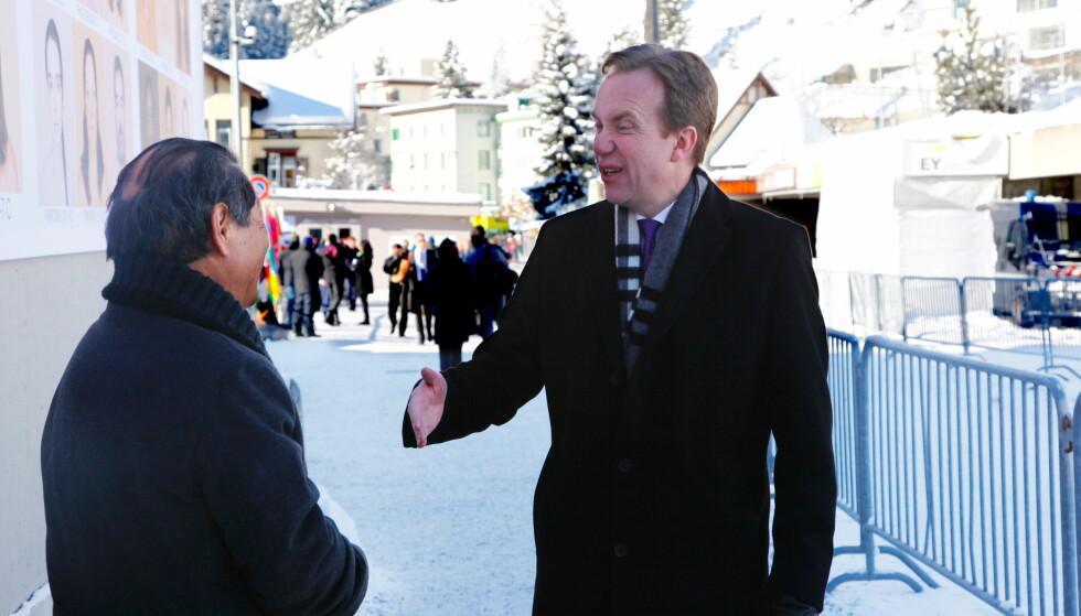 KJENTFOLK: Utenriksminister Børge Brende går på en gammel kjenning utenfor kongress-senteret i Davos der World Economic Forum arrangeres. Foto: Tore Bergsaker