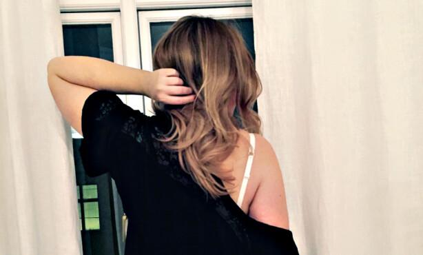 KLAR FOR KUNDEN: «Christel» har to klesskap. Ett for hverdags, og ett til fest, når hun skal møte kunder. Foto: November Film / FEM