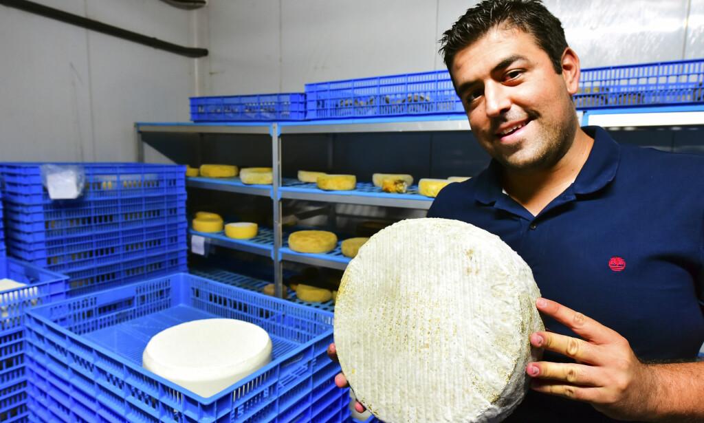 LANG TRADISJON: - Ost er en del av blodet vårt, som øl er for briter, mener osteprodusent Alberto Montesdeoca Garcia fra Tenerife, hvor osteproduksjon har en lang tradisjon og ost er en viktig del av kostholdet. Foto: Torild Moland / Magasinet Reiselyst