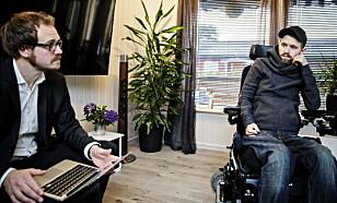 SYNES DET ER VANSKELIG: Kim Andre Holm hjemme i huset sitt i Askim sammen med advokaten Audun Helgheim. Foto: Nina Hansen / Dagbladet