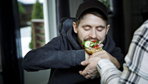 FÅR HJELP: Kim Andre er avhengig av å ha mennesker som kan hjelpe rundt seg. Foto: Nina Hansen / Dagbladet