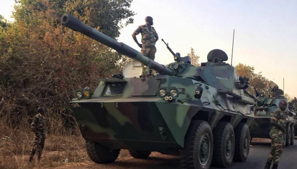 RYKKER INN: En senegalesisk militærkonvoi på vei mot grensa til Gambia. Foto: Sylvain Cherkaoui/AP/Scanpix