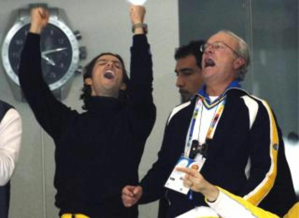 FAR OG SØNN: Prins Carl Philip er sportsinteressert. Her jubler han sammen med Kong Carl Gustav da Sverige vant hockey-finalen i vinter-OL, Italia, 2006. De to går også gjerne på elgjakt sammen. Foto: STELLA PICTURES