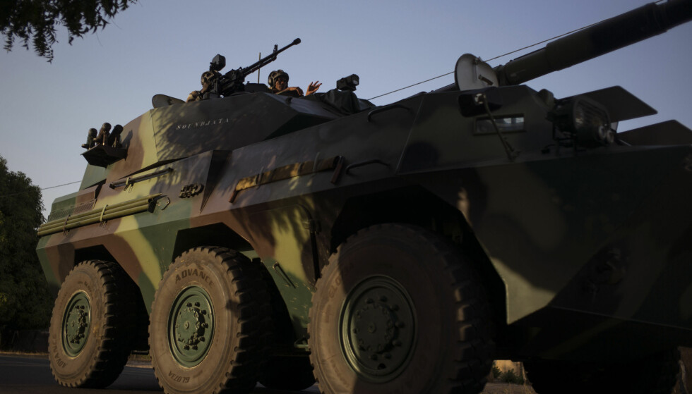 RYKKER INN: En senegalesisk militærkonvoi på vei mot grensen til Gambia 19. januar 2017. Foto: AP Photo/Sylvain Cherkaoui