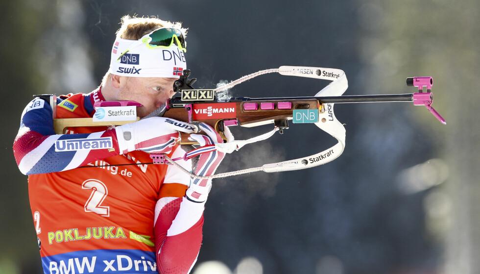 <strong>STÅENDE TREFF:</strong> Johannes Thingnes Bø skjøt seg rett ut av seiersdiskusjonen på første liggende. Men seriene på stående skyting er noe å ta med seg inn mot VM. Foto: NTB scanpix