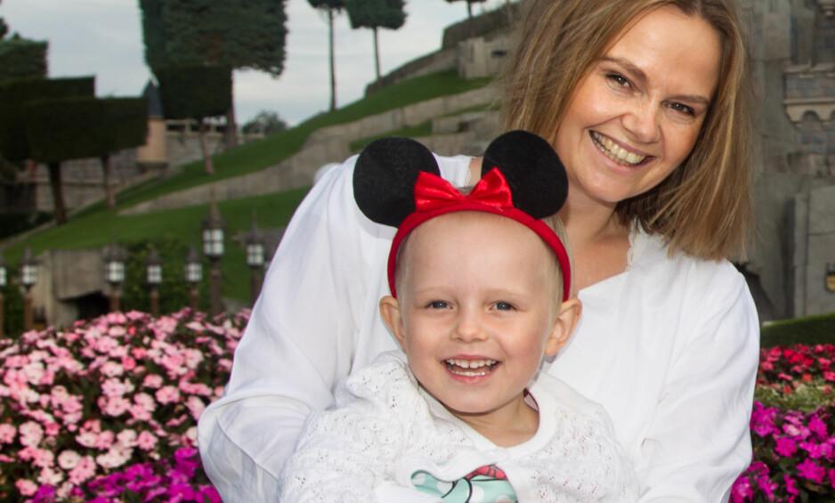FRISKMELDT: For ett år siden ble Sigrid (3) kreftsyk. Mamma Kristina merker stor forskjell på datterens aktivitetsnivå før og etter operasjonen. Her storkoser de seg i Disneyland Paris. Foto: Svend Aage Madsen og privat