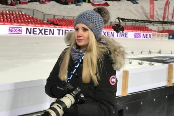 <strong>RINGSIDE:</strong> Ewa Bilan-Stoch - kona til verdenscupleder Kamil Stoch - er en ivrig fotograf. Her står hun ringside bakken i Zakopane fredag kveld. &nbsp;FOTO: TORE ULRIK BRATLAND