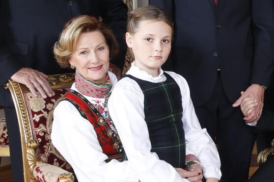 <strong>I 2014:</strong> Prinsesse Ingrid Alexandra på fanget til bestemor dronning Sonja under kongefamiliens julefotografering for drøyt to år siden. Foto: Lise Åserud / NTB scanpix