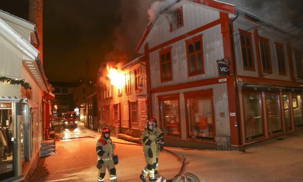 BRANN: Alle beboerne i trehuset i Lillehammer skal være evakuert. Brannen brøt ut i 04-tiden natt til søndag. Foto: Geir Olsen / NTB scanpix