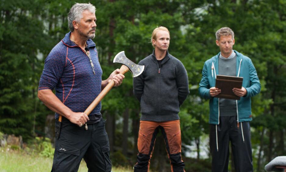 RØYK UT: TV-profil Jarl Goli (59) bomma totalt i øksekastkonkurransen mot Petter Pilgaard (36), og er dermed ute av «Farmen kjendis». Foto: Alex Iversen / TV 2