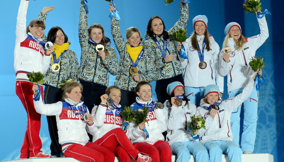 FORFALSKNING?: Hele det russiske laget til skiskytterstafetten i Sotsji stod på Russland svindelliste. Nå risikerer de å miste sølvmedaljene. Her med Ukraina (gull ) og Norge (bronse). FOTO: Xinhua/Sipa USA.