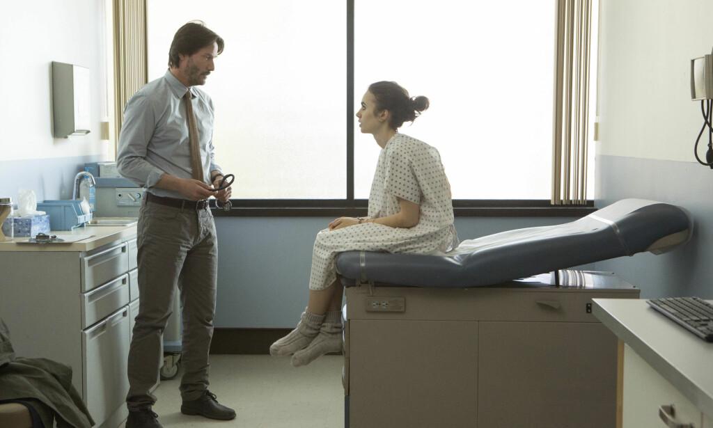 KREVENDE ROLLE: Lily Collins i rollen som Ellen i «To the Bone». Keanu Reeves (t.v.) spiller legen som hjelper henne med å takle spiseforstyrrelsene sine. Foto: AP / NTB scanpix