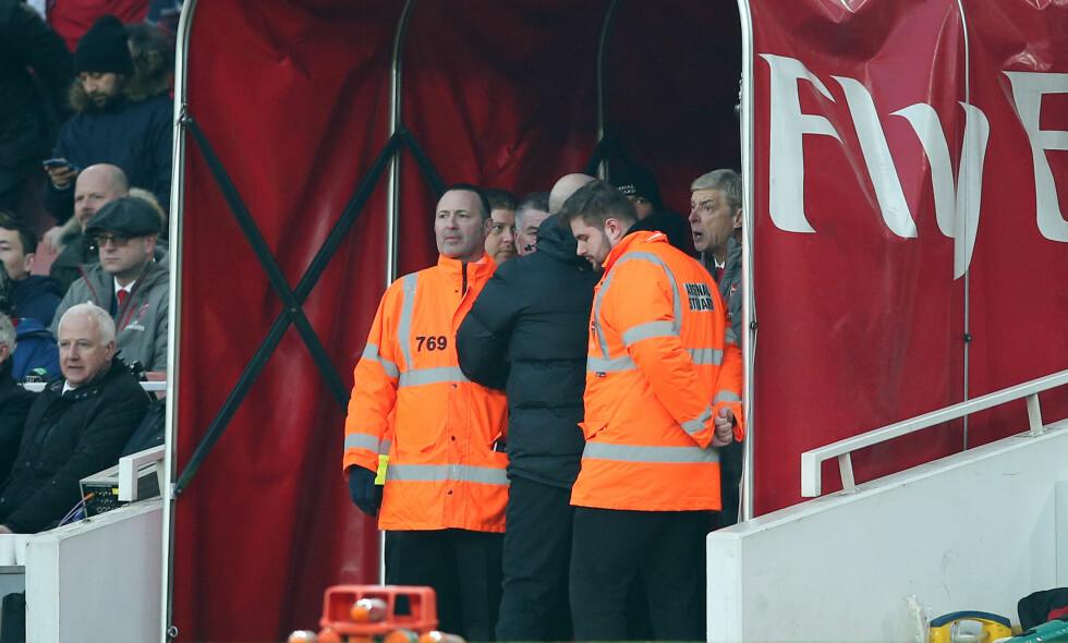 TUMULTER: Arsene Wenger ville ha med seg sluttminuttene fra spillertunnelen. Anthony Taylor ble dyttet bort da han forsøkte å fjerne Arsenal-manageren. Foto: NTB Scanpix