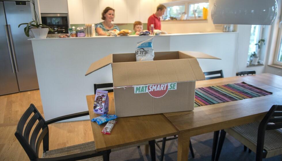 SVENSK: Matsmart ble etablert som nettbutikk og har vokst i rekordfart. De svenske kundene er alt fra prisjegere til store barnefamilier og miljøforkjempere. Her en familie som pakker ut. Foto: Maja Suslin/ TT NYHETSBYRÅN/NTB SCANPIX