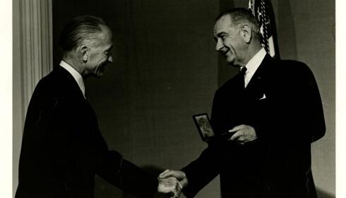 HEDRET: Jacob Bjerknes mottar National Medal of Science av president Lyndon B. Johnson. Foto: Fra Bjerknes' private samlinger