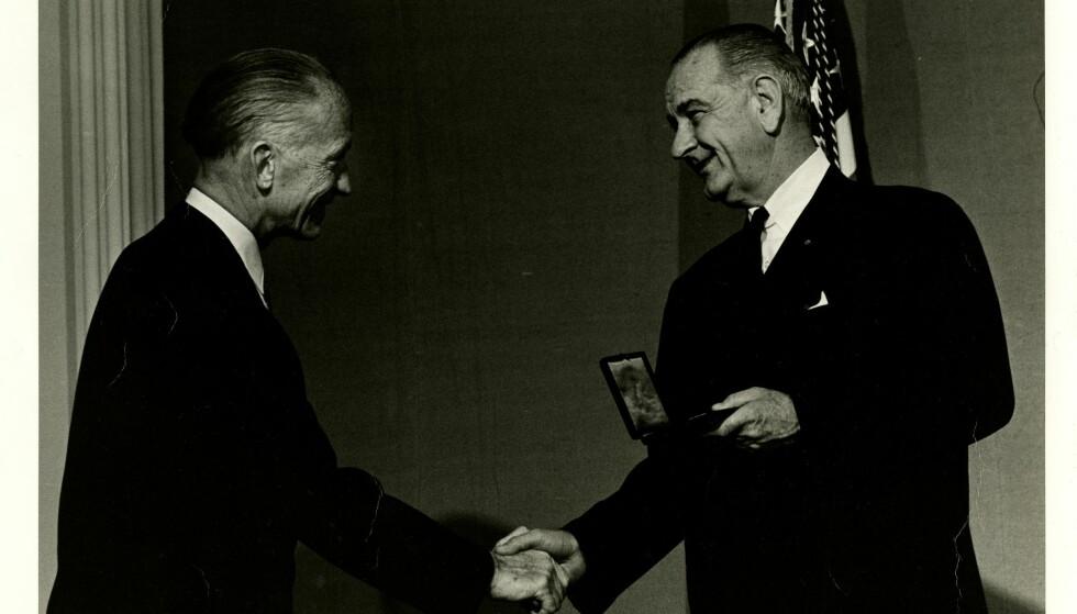 HEDRET: Jacob Bjerknes får et varmt håndtrykk av president Lyndon B. Johnson - da han mottok den svært prestisjetunge National Medal Of Science i 1966. Foto: Fra Bjerknes' private samlinger