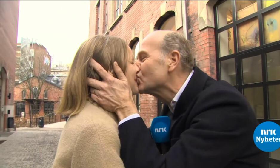 <strong>KLINTE TIL:</strong> Regissør Erik Poppe var i det spontane hjørnet i dag, og kysset NRK-journalist Helga Tunheim på direkten. Reaksjonene hagler på sosiale medier. Foto: NRK