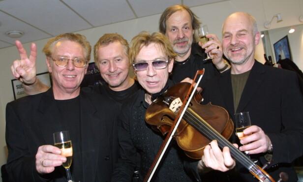 POPOL ACE: Jahn Teigen og gutta i Popol Ace. Arne Schulze, arrangør Pete Knutsen, bassist Terje Methi og Thor Andreassen. Bildet er tatt i 2003. Foto: Anders Grønneberg/Dagbladet