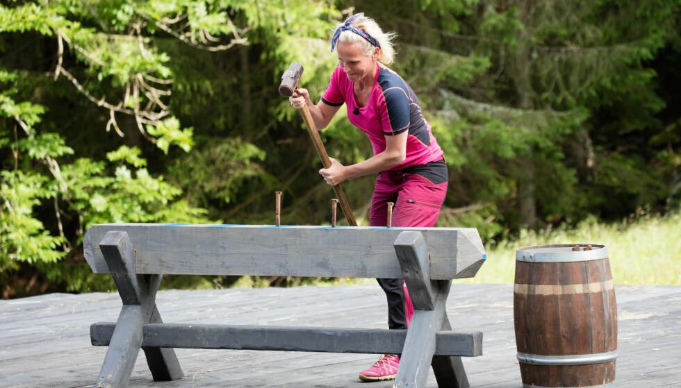 <strong>LOT MOTSTANDEREN VINNE:</strong> Underveis i sleggekonkurransen vurderte Ingeborg Myhre å gjøre et forsøk på å vinne, selv om utfallet var «bestemt» på forhånd. Så tenkte hun på familien. Foto: Alex Iversen / TV 2