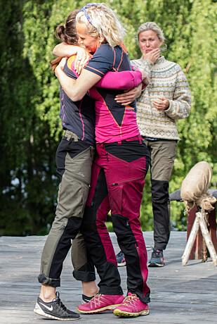 <strong>TRIST:</strong> Ingeborg Myhres «Farmen»-exit ble en tårevåt affære, spesielt for Vendela Kirsebom (i bakgrunnen). Foto: Alex Iversen / TV 2