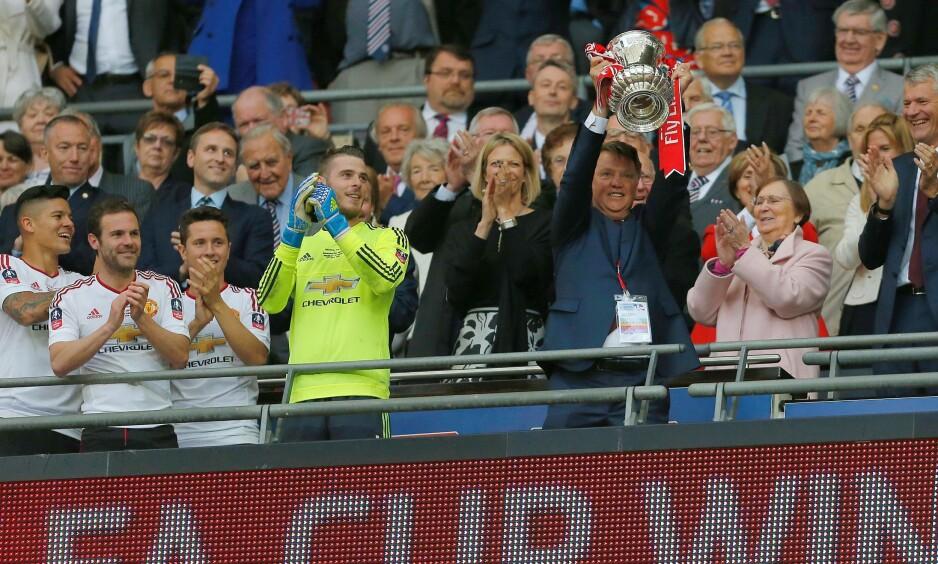 WEMBLEY: Tidligere Manchester United-manager Louis van Gaal løfter trofeet etter fjorårets FA-cup-triumf. Foto: NTB Scanpic