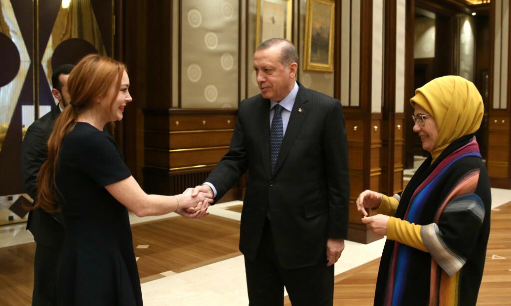 HØYTIDELIG: Lindsay Lohan var formelt antrukket da hun hilste på den tyrkiske presidenten og hans kone. Foto: Yasin Bulbul /Presidential Press Service, AP / NTB Scanpix