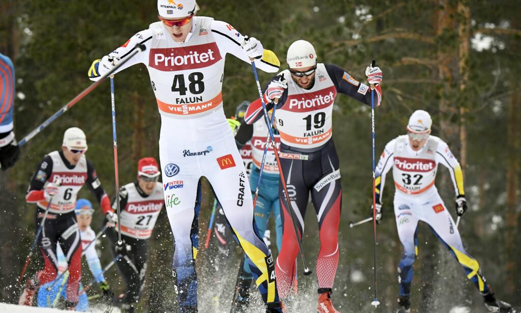BAK I KØEN: Petter Northug (nummer 19) hang etter fra start, og mistet tetgruppa etter en halvtimes løpstid. Det skjedde i et renn der andre nordmenn gikk så fort at de vil holde ham ute fra VM-laget på 30km. FOTO: Ulf Palm / TT .