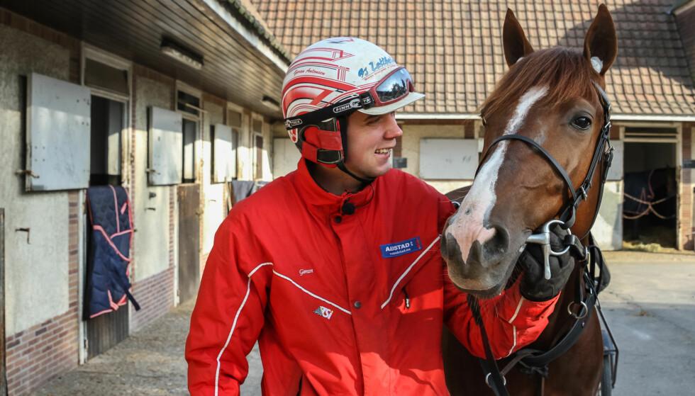 TREDJE ER TRIUMF: Gøran Antonsen har lagt ned et stort arbeide mens Lionel vokste opp. Søndag belønnet det seg. Foto: Eirik Stenhaug / Equus Media.