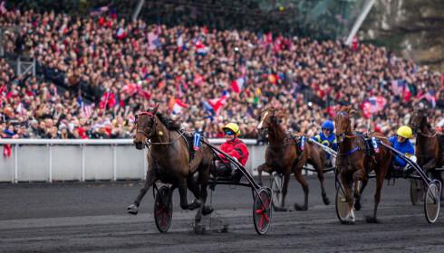 FRANSK FAVORITT: Bold Eagle vinner Prix d'Amerique på Vincennes. Til venstre spurter helnorske Lionel inn til tredjeplass. Foto: Eirik Stenhaug / Ecuus Media