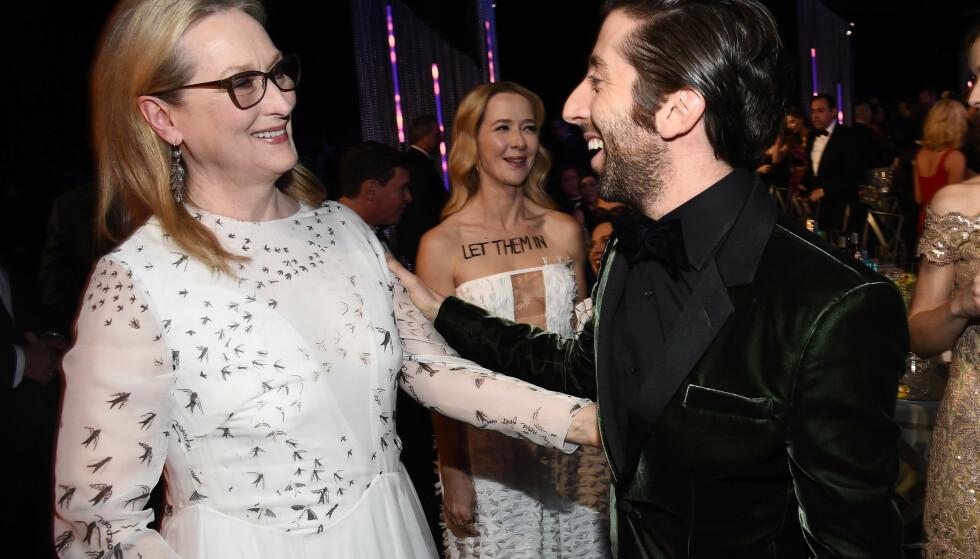 STJERNEMØTE: På SAG Awards møtte Simon Helberg og Jocelyn Towne (midten bak) filmstjerna Meryl Streep, som også er en profilert Trump-motstander. Foto: Buckner/Variety/REX/Shutterstock/ NTB scanpix