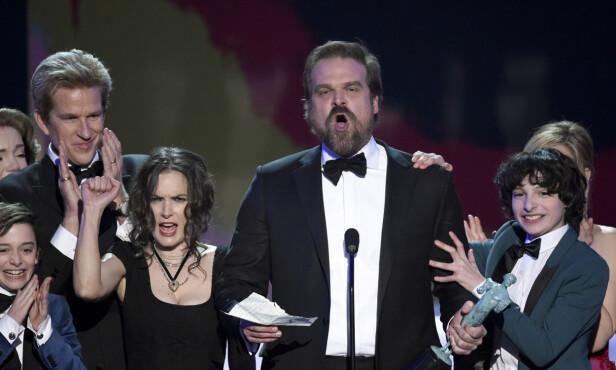 FYRIG TALE: Winona Ryder (t.v.) og resten av «Stranger Things»-ensemblet så ut til å støtte talen til David Harbour (midten) natt til mandag. Foto: Chris Pizzello/Invision/AP/ NTB scanpix
