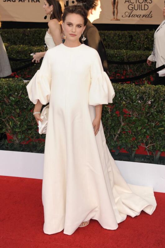 YNDIG: Den gravide Oscar-vinneren Natalie Portman dekket til magen i denne helhvite kreasjonen fra Dior Haute Couture. Foto: Globe-ZUMA / NTB Scanpix