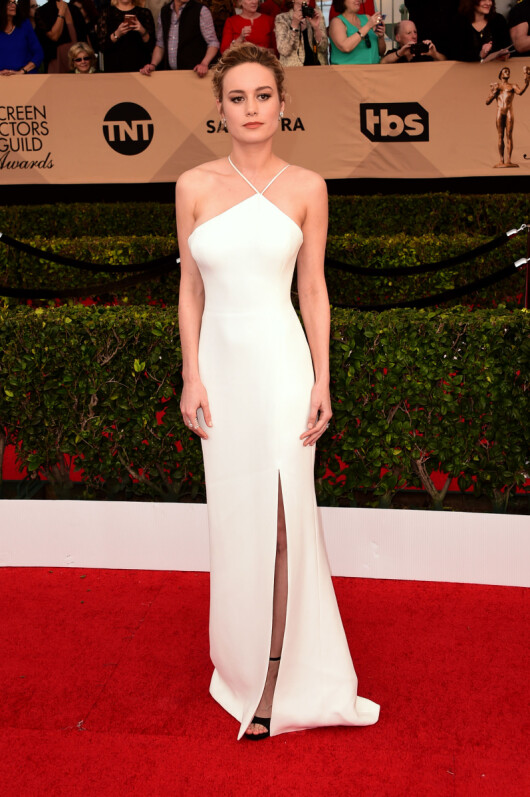 ASYMMETRISK: Brie Larsonbrøt opp sin ensfargede kjole med sorte stroppesandaler. Foto: Scott Kirkland/PictureGroup/ NTB Scanpix