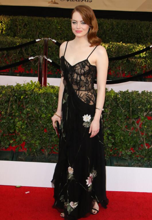 BLOMSTRETE: Prisvinner Emma Stone stilte i en romantisk og rocka kjole fra Alexander McQueen. Foto: JC Olivera / NTB Scanpix