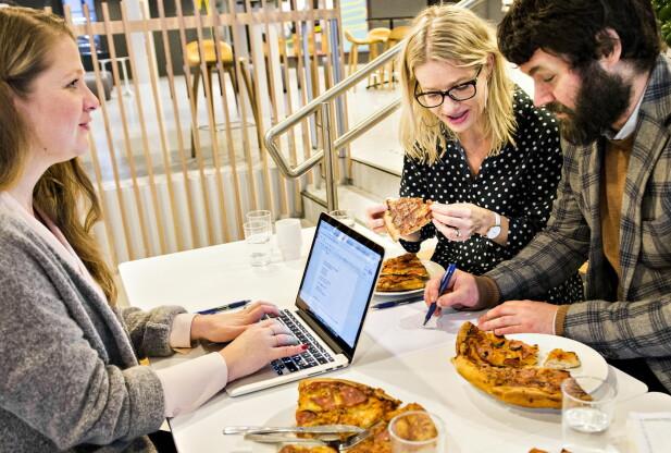 BLINDTEST: Testpanelet fikk ikke vite hvilke pizzaer de fikk smake på før etter at dommen av avsagt. Her, Marit Røttingsnes Westlie (midten) og Mathias Steinbru (til høyre).