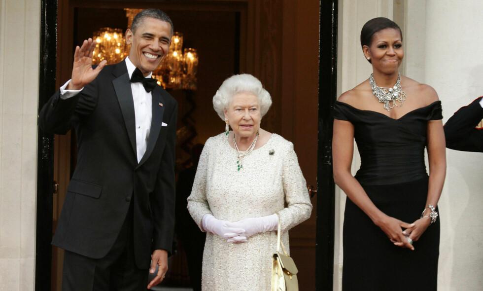 PÅ BESØK: Obama-paret har besøkt dronningen ved flere anlendinger. Her er de fotografert ved Winfield Huse i 2011. Nå advarer en tidligere utenrikstopp om et potensielt Trump-besøk hos den 90 år gamle monarken. Foto: NTB scanpix