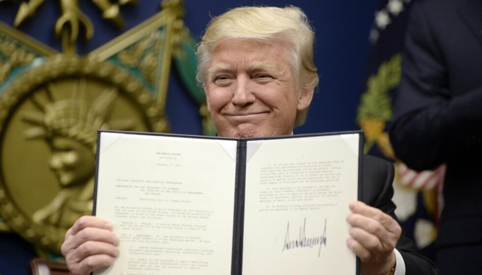 - HINSIDES: Trumps avgjørelse ble ikke tatt godt imot, og er nå opphevet av en føderal dommer. Her signerer han en annen avtale, den gang for landets veteraner. Foto: Olivier Douliery/Consolidated/dpa/NTB Scanpix