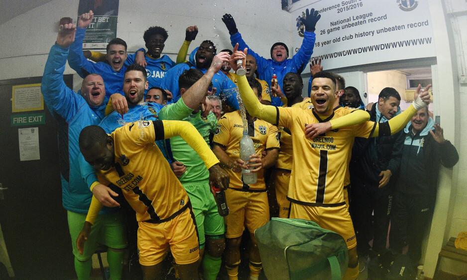 JUBELSCENER: Sutton-spillerne jubler etter triumfen mot Cheltenham i FA-cupen. Foto: NTB Scanpix