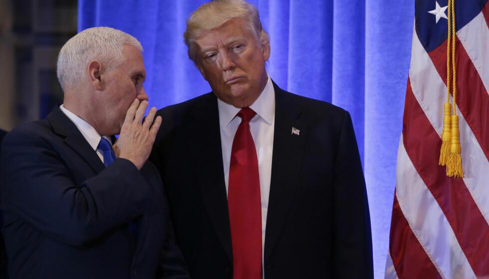 FLITTIGE BRUKERE: USAs president, Donald Trump, hevder ofte at kritiske saker myntet på ham selv er falske nyheter. Hans egen administrasjon hevder på sin side at de kommer med «alternative fakta». Her med visepresident Mike Pence. Foto: NTB Scanpix