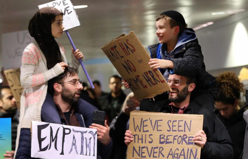 MAGISK MØTE: Muslimske Meryem Yildirim (7) sitter på skuldrene til faren Fatih; Adin Bendat-Appell (9), sitter på sin far Jordans. Bildet er tatt på O'Hare-flyplassen i Chicago mandag, under en demonstrasjon mot president Donald Trumps innreiseforbud. Foto: Nuccio DiNuzzo / Chicago Tribune / TNS / Abacapress / NTB Scanpix