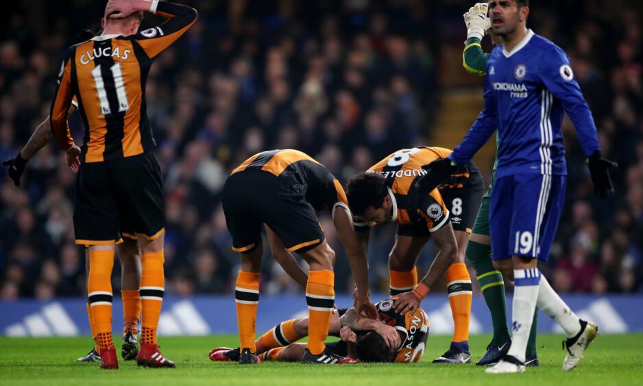 UHELDIG: Hull-spiller Ryan Mason pådro seg kraniebrudd etter en duell med Gary Cahill. Foto: NTB Scanpix