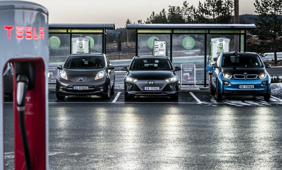 KILOMETERTEST: Vi har testet oppgitt rekkevidde mot faktisk rekkevidde på Nissan Leaf (f.v.), Hyundai Ionic og nye BMW i3. I denne artikkelen får du svar på hvilken elbil som best holder det den lover. Foto: Jamieson Pothecary