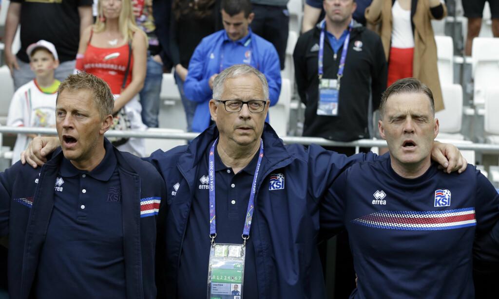 MINDRE STØTTEAPPARAT: Lars Lagerbäck (i midten) legger ikke skjul på at han ønsker et lite støtteapparat rundt det norske fotballandslaget. Foto: AP Photo/Thanassis Stavrakis