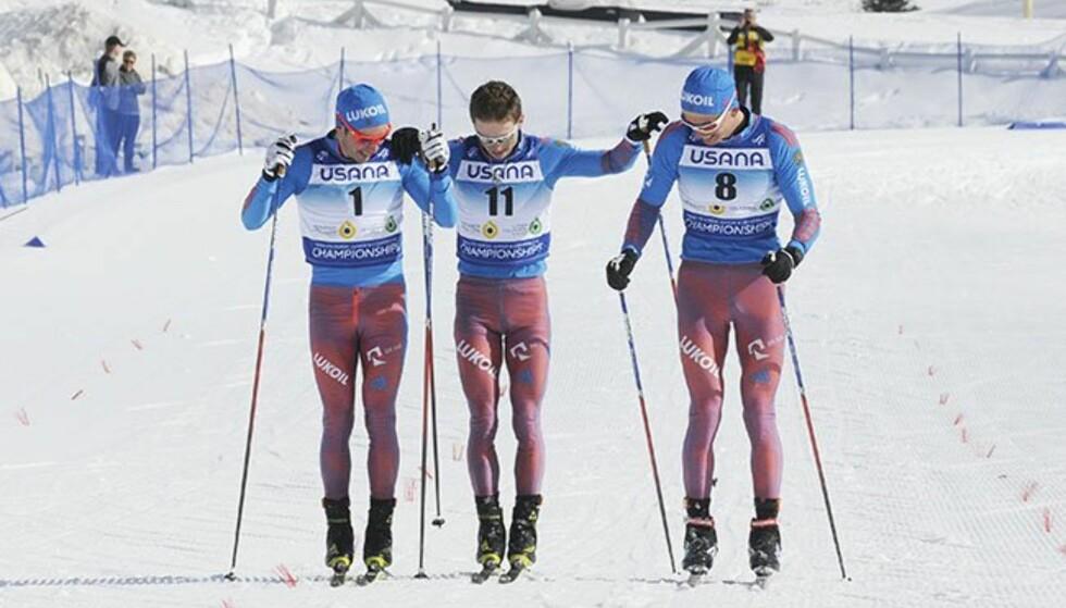 VILLE DELE GULLET: Alexander Bolsjunov, Aleksej Tsjervotkin og Denis Spitsov gikk sammen over mål. Til slutt ble Bolsjunov (til høyre) kåret som vinner. Foto: FIS