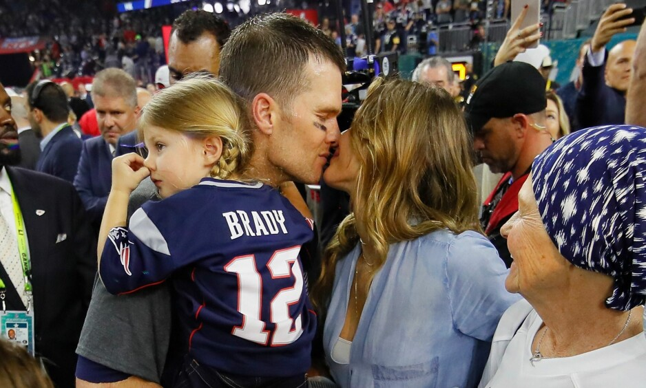 <strong>DATTER OG BESTEMOR:</strong> Blitsregnet halget ikke bare mot Super Bowl-helten Tom Brady (36) og supermodellkona Gisele Bündchen (36) i natt. Også parets datter (på pappas arm) og Bradys mor (nederst til høyre) har havnet i medienes interesse. Foto: Getty / NTB Scanpix